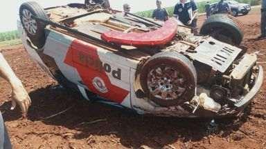 Viatura da PM capota entre Ribeirão Corrente e Guará, SP - Tenente que dirigia carro teve ferimentos leves e acidente pode ter sido provocado por buraco na estrada.
