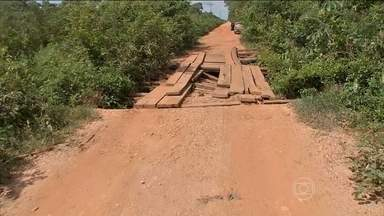 Ritmo lento das obras das pontes no Pantanal em MT prejudica motoristas - As antigas pontes de madeira da rodovia transpantaneira, que atravessa o Pantanal Matogrossense, estão sendo substituídas por estruturas de concreto e aço. Mas o ritmo das obras não tem agradado quem usa a estrada, principalmente, neste período de chuva na região.