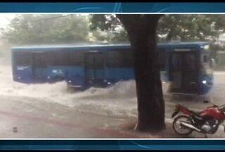 Mulher morre na zona oeste durante a forte chuva que atingiu a capital mineira - Várias ruas ficaram alagadas e carros foram arrastados.