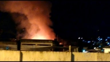 Incêndio atinge fábrica de móveis em Jaboatão dos Guararpes - Não se sabe causa do fogo na fábrica, que fica em Cavaleiro