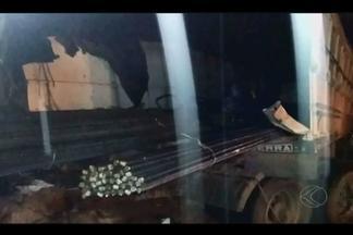 Acidente entre caminhões mata duas pessoas na BR-365 em Patrocínio - Batida frontal entre veículos aconteceu na noite desta sexta-feira (12). Uma das vítimas morreu no local, enquanto a outra a caminho do PS.