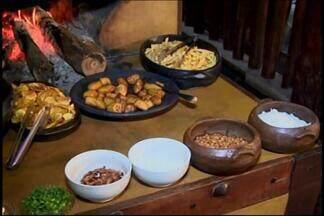 Aprenda como é feito o arroz campeiro em distrito de Carmo do Cajuru - Gourmet Gustavo Bicalho ensina prato elaborado por morador. Receita é versão mineira do baião de dois, porém sem típica farinha.