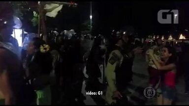 Bloco na Praça Mauá termina em confusão - Agentes da Guarda Municipal dispersaram foliões do bloco Tecnobloco depois de denúncias de vandalismo na Praça. Três pessoas foram detidas e os foliões acusam os guardas de agirem com truculência.