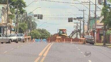 Avenida Dom Pedro, em Ribeirão Preto, é interditada - Trânsito ficou complicado devido à troca de tubulação no local.