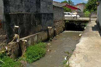 Comerciantes e moradores da Vila Natal se preocupam com prejuízos da chuva - Desde de quinta (11) trabalhadores estão no local para fazer retirada de material que obstruiu curso da água no córrego.