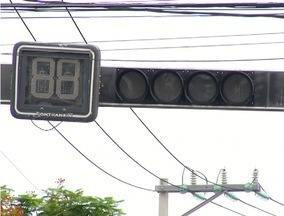 Semáforo apagado em cruzamento movimentado de Cabo Frio, RJ, prejudica motoristas - Prefeitura não se manifestou sobre o caso.