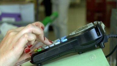Comerciantes desrespeitam lei e exigem valor mínimo para compras no cartão - Os pagamentos com cartão de débito ou crédito não têm valor mínimo para ser feito. Isso agora é lei no estado de São Paulo, mas muitos comerciantes não respeitam.