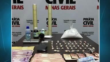 Polícia Civil prende dois e apreende droga em Ubá - Já um jovem foi levado para prestar depoimento e liberado. Também foram apreendidos materiais para tráfico e mais de R$ 3 mil.