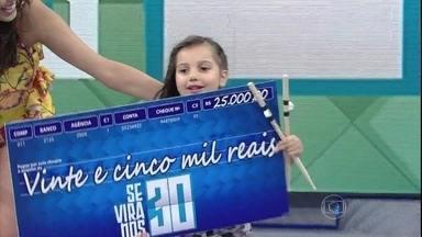 Duda, criança que toca bateria, ganha o 'se vira nos 30' - Menina levou o prêmio de R$25 mil pra casa