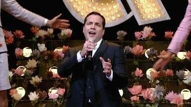 Daniel Boaventura entra no programa cantando música de Wando - Ator e cantor também interpreta 'Fogo e Paixão'