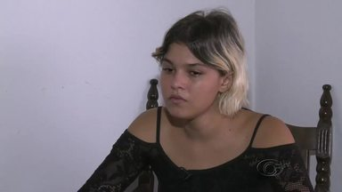 Mãe do menino Dyllan, que foi encontrado morto em Arapiraca, se entrega à polícia - Joyce estava foragida e teve a prisão decretada pela justiça. Ela é suspeita de ter participado das agressões que levaram à morte do menino.