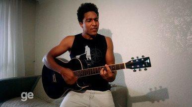 Paizão, volante Ricardo Conceição, do Ceará, mostra lado artista com o violão - Confira as imagens