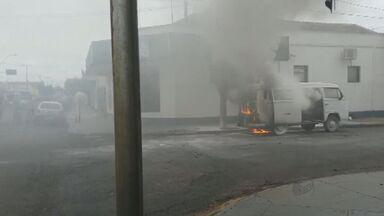 Kombi pega fogo no Centro de Pradópolis, SP - Incêndio aconteceu na tarde de segunda-feira (22). Motorista não teve ferimentos.