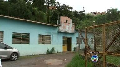 Área abandonada em unidade de saúde preocupa moradores em Várzea Paulista - Em Várzea Paulista (SP), uma área onde funciona uma Unidade Básica de Saúde está abandonada. O principal medo dos moradores e pacientes é com os criadouros do mosquito da dengue, do zika e da chikungunya.