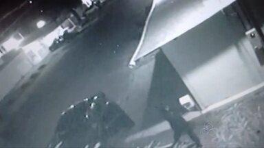 Casal é preso suspeito de tentativa de homicídio no bairro Beirol - Uma mulher de 30 anos e o marido dela foram presos nesta madrugada acusados de tentativa de homicídio. As vítimas são vizinhos deles. Esse crime ocorreu aqui em Macapá, no bairro Beirol, e foi flagrado pelas câmeras de segurança.