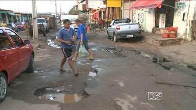 Na feira do João Paulo, na capital, problemas infraestruturais causam desconforto - Esgoto estourado e lixo se misturam aos produtos que estão à venda, o que pode causar sérios problemas de saúde.