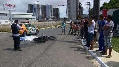 Motociclista morre em acidente com caminhão na Av. Tancredo Neves em Aracaju - Motociclista morre em acidente com caminhão na Av. Tancredo Neves em Aracaju.