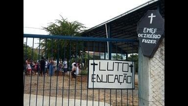 Pais de alunos de Restinga Seca, RS, protestam contra a enturmação - A medida foi tomada, segundo o prefeito, porque houve redução de alunos e da receita do município.