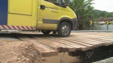 Acesso a Barra do Turvo é impedido após queda de ponte - Motoristas ficaram pelo menos oito horas esperando a liberação da passagem.