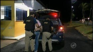 Empresários são presos com drogas e anabolizantes em carro de luxo - Dois empresários da capital paulista foram presos com drogas e anabolizantes na noite de segunda-feira (22). Eles estavam em veículo de luxo e foram abordados pela Polícia Rodoviária Federal na Rodovia Transbrasiliana (BR-153), em Ourinhos (SP).
