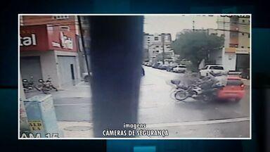 Motorista de carro fura preferencial e atropela motociclistas - Acidente ocorreu em Fortaleza nesta segunda-feira.