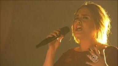 Adele revela que teve um momento de raiva depois de desafinar no Grammy - A cantora desafinou na apresentação, ao vivo, do Grammy e não conseguiu esconder sua decepção.