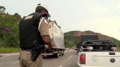 Polícia Militar Rodoviária reforça fiscalização na MG-353, na Zona da Mata - Imprudência é principal causa de acidentes no local. DER confirmou reparos na rodovia nos próximos dias.