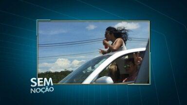 Sem Noção: mulher viaja com metade do corpo para fora do carro, pelo teto-solar, no DF - O flagrante foi realizado na Épia Norte pela telespectadora Poliana Alves.