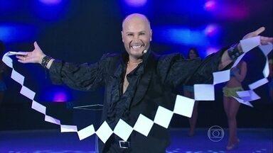 Joaquin faz mágica em todas as suas variantes - Mágico mostra habilidade com diferentes cortes de papel