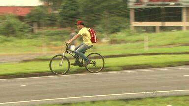 97% dos ciclistas atropelados estavam na contramão da via - Para evitar acidentes é preciso seguir a na via na mão dos carros. Ciclistas também devem usar equipamentos de segurança, como luzes e capacete.