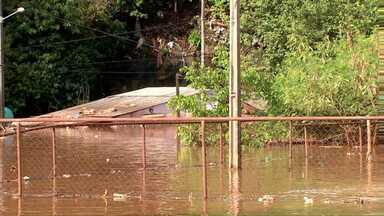 Bairro de San Rafael inunda no Paraguai - Água das chuvas acumuladas no lago são vertidas pelo vertedouro.