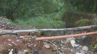 Moradores do Parque Éster, em Cosmópolis, reclamam de buraco no meio da rua - Segundo os moradores, o problema começou na calçada no fim do ano passado e acabou afetando a rua.