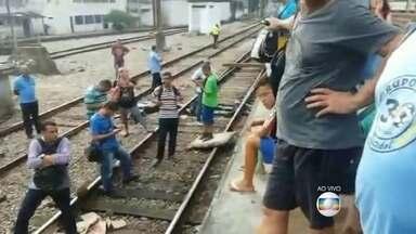 Passageiros dos trens passaram por sufoco na manhã desta segunda, 29 - Um incêndio na rede elétrica prejudicou a circulação dos trens. Passageiros ficaram horas aguardando as composições serem liberadas, quatro estações tiveram que ser fechadas.