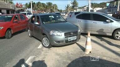 Motoristas cometem infrações de trânsito na Avenida Litorânea em São Luís - Carros estacionados em locais proibidos e retornos irregulares são algumas das infrações observadas na Avenida Litorânea.