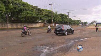 Motoristas enfrentam dificuldades para trafegar em avenida do Jardim Jóquei Clube - Quantidade de buracos obriga motoristas a redobrar atenção na hora do zigue-zague.