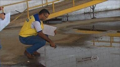 Agentes visitam imóveis abandonados em busca de focos do Aedes aegypti no Recife - Agentes vão forçar entrada no imóvel abandonado com uso de ferramentas. Ação vai ser coordenada pela Secretaria de Saúde e secretaria de Assuntos Jurídicos do município.