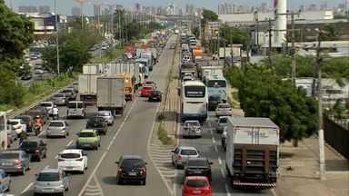 Bloqueio para obras de ponte em Fortaleza gera congestionamento quilométrico - Foram retirados entulhos do trecho da ponte que desabou.
