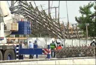 Operários realizam remoção de estrutura que desabou na Avenida Raul Barbosa - Material passará por uma perícia para apontar as causas do acidente que matou dois operários e feriu outros sete.