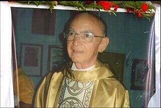 Corpo do Padre José Adauto de Alencar é sepultado nesta segunda-feira - Sacerdote tinha 77 anos e morreu por complicações cardíacas.