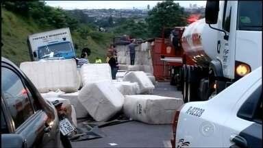 Caminhão tomba na rodovia Raposo Tavares em Ourinhos - Um caminhão tombou no quilômetro 383 da rodovia Raposo Tavares, em Ourinhos (SP), na tarde desta sexta-feira (29). A carga de 32 toneladas de algodão ficou espalhada na pista e atingiu dois veículos. O trânsito está parcialmente interditado e o tráfego de veículos lento.