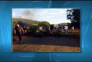 Protesto contra mineradora interdita MG-120 em Riacho dos Machados - Manifestantes exigem que trabalhadores da região ocupem vagas na empresa.