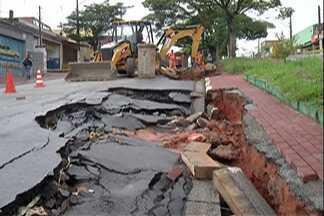 Prefeitura de Ferraz de Vasconcelos começa obra em cratera. - Reparos devem terminar em 10 dias diz Prefeitura.