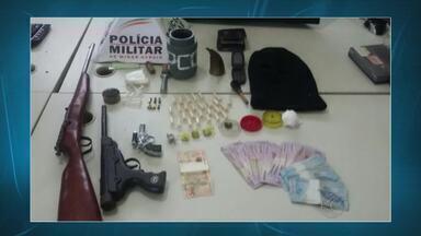 PM encontra estufa para plantio de maconha em casa de Andrelândia - O suspeito de ser o dono dos materiais ainda não foi encontrado.Drogas, munições e uma touca ninja também foram apreendidos.