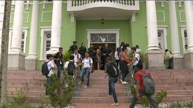 Estudantes invadem gabinete do Prefeito para protestar contra aumento de passagem em CG - Assessores do Prefeito conversaram com manifestantes.