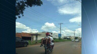 Motociclista carrega homem dentro de caixa de plástico na garupa da moto, em Goiânia - Flagrante foi feito por José Milton no Setor Vera Cruz.