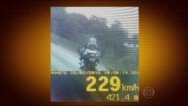 Estrada perto de Brasília vira pista de corrida para motos - Em menos de quatro horas, foram mais de cem multas por excesso de velocidade. Motos passaram voando com o dobro da velocidade permitida.A Polícia Rodoviária Federal flagrou uma dessas motos a 229 quilômetros por hora na BR-060, em um trecho bem pertinho de Brasília.