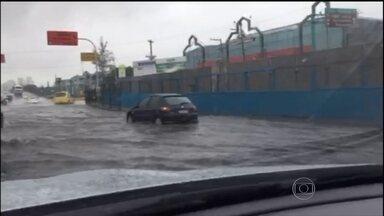 Rio tem o mês de fevereiro mais chuvoso dos últimos 18 anos - Um temporal nesta segunda-feira (29) deixou estragos no Rio e em cidades da Região Metropolitana. Ruas ficaram alagadas, árvores caíram e o trânsito ficou complicado. O Aeroporto Santos Dumont foi fechado por 2,5 horas.