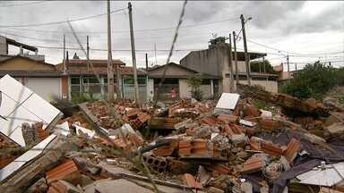 Casas demolidas viram criadouros do Aedes aegypti no interior de São Paulo - Em Indaiatuba, construções consideradas de risco foram demolidas pela prefeitura. No entanto, o entulho continua no local, que também virou depósito de lixo.