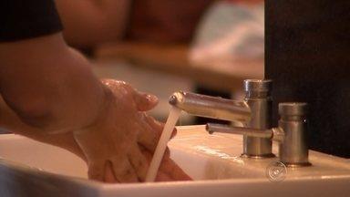 Lavar bem as mãos ajuda a evitar que a pessoa pegue H1N1 - Justamente lavando as mãos é possível evitar não só o H1N1 como também outras várias doenças. O assunto foi parar inclusive no teatro, em Rio Preto.