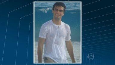 Neto de Chico Anysio é encontrado morto numa praia de Quissamã, RJ - Rian Brito estava desaparecido desde o dia 23 de fevereiro. A suspeita é que ele tenha entrado no mar e se afogado. O corpo será cremado na tarde desta sexta-feira (4) no Rio.